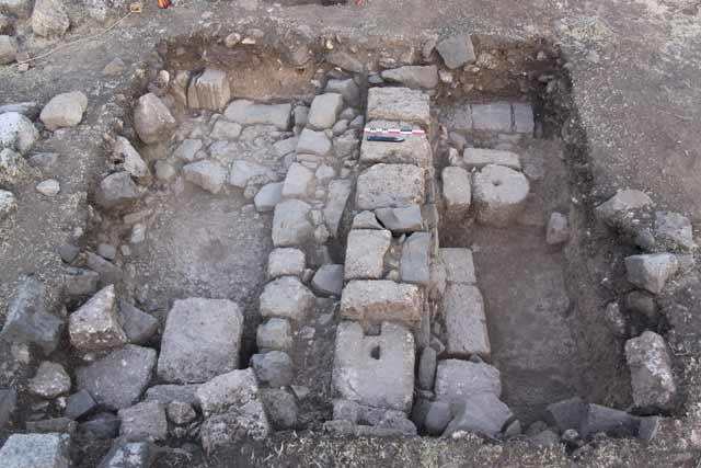 4. Square L19, Byzantine-period walls, looking west.